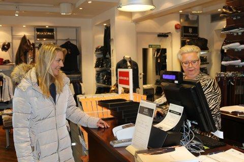 Det vanskeleg - for ikkje å seie umogleg - for ei mamma å bruke 10.000 kroner på seg sjølv. Hos Vic Eliassen finn Linda ein genser til sonen. Her saman med Asbjørg Hovden.