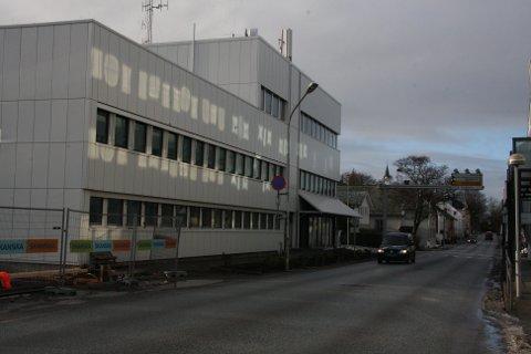 Florø Radio er kjende på lufta, men anonyme i gata. Dei held til i andre etasje her i Telebygget i markegata.