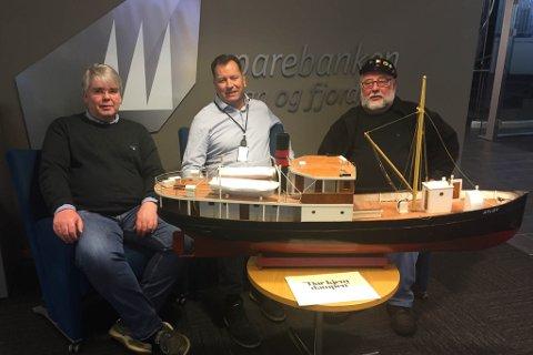F.v.: Styreleiar Sander Ødelien i Veteranbåtlaget Atløy, banksjef Ole Aukland og leiar Leif Kvalvik i Atløys venner med modellen av «Atløy».