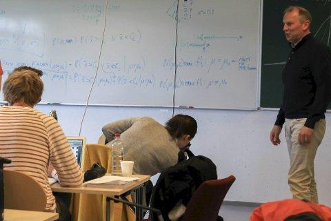 Studiekoordinator Øyvind Østrem ved Høgskulen på Vestlandet, avd. Florø (t.h.) jobbar hardt for få unge til å velje Florø som studiestad. – Det er tøff konkurranse om studentane, seier han. Arkivfoto