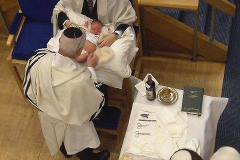 Hol i øyret? KrF-fylkesleiar Trude Brosvik skriv at den jødiske tradisjonen med å omskjere åtte dagar gamle guteborn kan samanliknast med å ta hol i øyret på veslejenta hos frisøren. Arkivfoto: CC