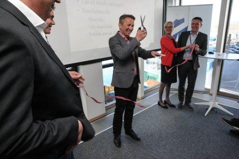 Martin Ramsdal fekk æra av å klippe snora og formelt opne den nye bankfillialen. I forgrunnen Ole Aukland. Bak t.h.: Eigedomsmeklar Greta Halvorsen og administrerande direktør Trond Teigene