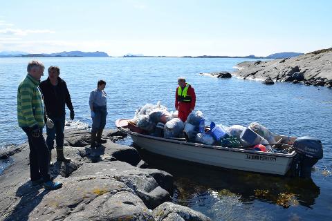 Knut Hovden (i båten) og 25 andre plukka 150 sekkar plast på Søre Nærøya.