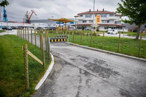 Gjerdet ved overgangsfeltet på Evja vart fjerna etter kort tid.