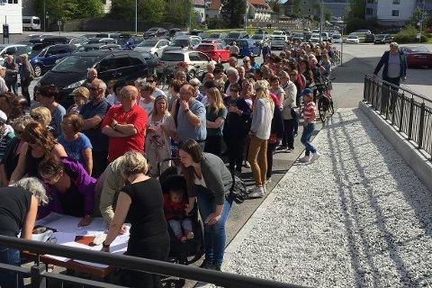 LANG KØ: Det var ei lang kø då det vart delt ut gratis nemaslug til å bekjempe brunsneglar på Jens Helmers Plass i Florø laurdag.