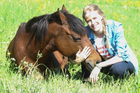 SOLDALEN: Tonje Terøy driv Soldalen Besøksgård. Her med hesten Brage.