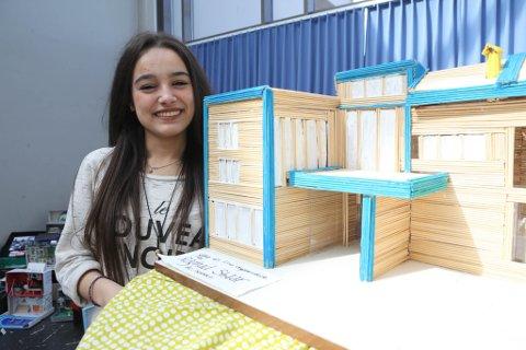Syriske Raghad (14) gav fredag ein modell av Flora ungdomsskule ho har laga på fritida i gåve til skulen.