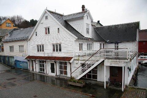 Gnr 202, bnr. 9 er seld for kr 6.500.000 frå Strandgata 36 As til Trovikkvartalet As (02.09.2020). Salet omfattar også Strandgata 21 (Gnr 202, bnr. 478). Begge selskapa, både selgar og kjøpar, er Sverre og Bente Stenbakk.