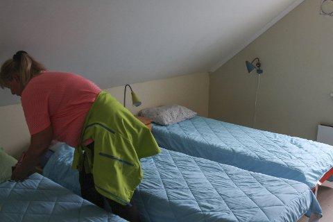 Fyrhug: Tone tek seg ei runde og glattar på sengkleda før det blir snakk om noko fotoløyve.