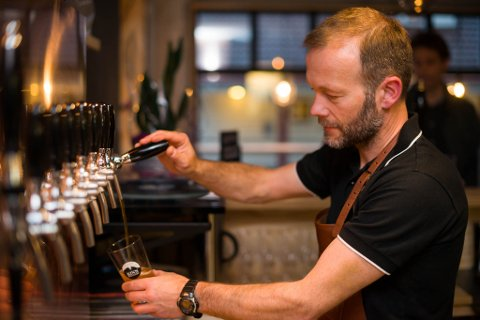OVERRASKA: Den radikale endringa som Kinn Bryggeri og Espen Lothe har opplevd frå mars og fram til i dag, overraskar sjølv ein erfaren bryggerieigar som Espen Lothe.