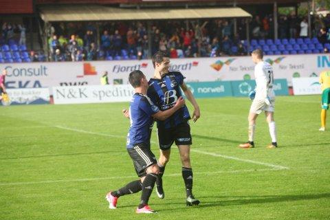 Her jublar Stefan Aase og Kristoffer Ryland for scoring mot Ull/Kisa. Kan vi få liknande jubelscener på Kristiansund Stadion onsdag? Sjå kampen på firdaposten.no!