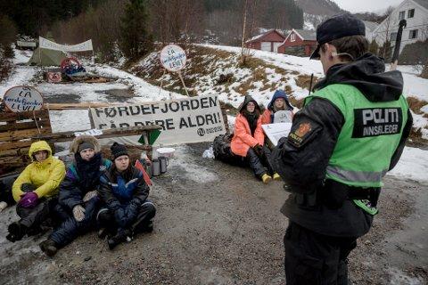 Lenkeaksjon i Vevring. Aksjonistar frå Natur og ungdom lenka seg fast for å sperre vegen for Nordic Mining sine prøveboringsmaskiner. Politiet kom mannsterke, dei klipte kjettingane og arresterte aksjonistane.