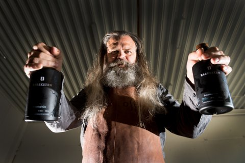 Stig Bareksten er sjefsdestillatør og medeigar i mikrobrenneriet OSS Craft Distellery. Han lagar akevitt, rom, whisky og gin i Bergen, like ved rullebanene på Flesland.