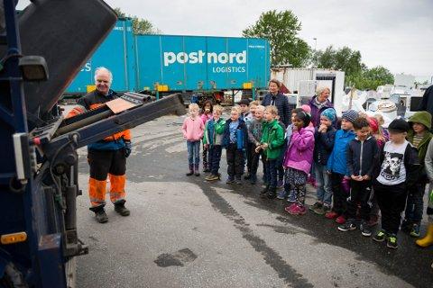 Etter å ha blitt kursa i gjenbruk og gjenvinning viser Trond Høidal 5-klassingane frå Krokane skule rundt på gjenbrukstasjonen.