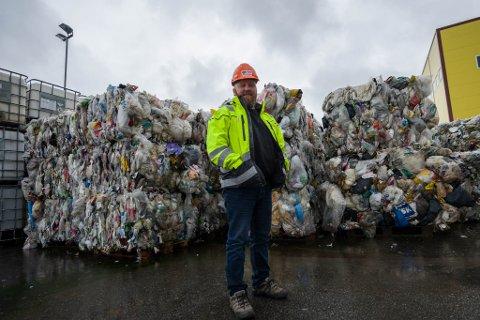 Eit plast-hav klart til henting: Geir Westbø Olsen fra SAR foran flatpakka plast frå husstandane i Florø.