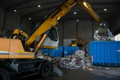 PLAST: Her omlaster tilsette på SAR plast og papir frå sone 4 i kontainere før det blir sendt til Norsk Gjenvinning i Førde. Frå nyttår av tar NoMil over jobben for Flora/Kinn kommune.