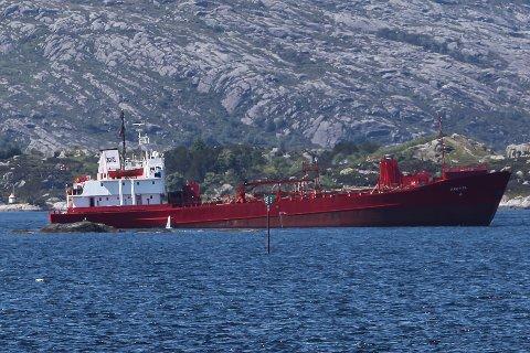 STÅR FAST: Her kjemikalietankaren fast ved Svartskjerbåen sør for Stabben.