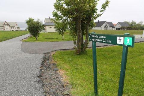 Gardsvegen ned mot Notø-garden til høgre og husa på Nygård på andre sida av vegen. Velstelte enger og hus borgar for at her ligg det eit flott anlegg i enden.