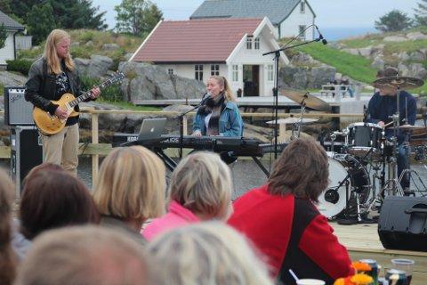 Null meter over havet - nærare fjæresteinane er det ikkje mogleg å halde konsert.