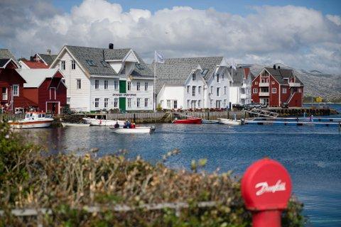 Buene ligg tett i tett på Amtskaia, der den guida kulturvandringa til Fjorkysten starta.