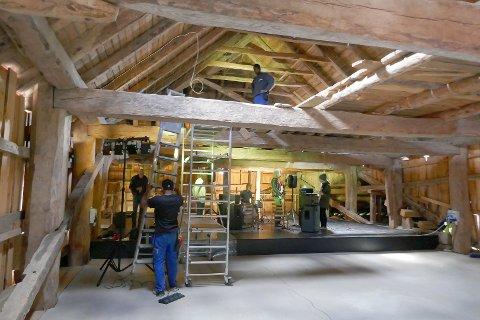 Kulturlåven på Svanøy er klar til Vamp-helga. Sønda gjorde elektrikarane seg ferdige.