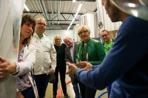 Espen Lothe viser fram dei opne gjæringskara til gjengen frå Senterpartiet.