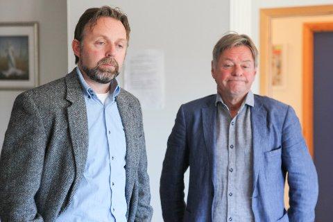 IKKJE IDEELT: Dagleg leiar Arild Melvær og styreleiar Ronny Cassells frå Kinn utdannings- og ressurssenter slit som følgje av at det kommunale føretaket ikkje rår over same dataverktøya som resten av kommunen.