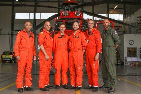 Redningscrewet frå CHC Helikopter Service som fredagtok over skiftet ved redningsbasen i Florø. Alvin Fyhn til høgre i midten.