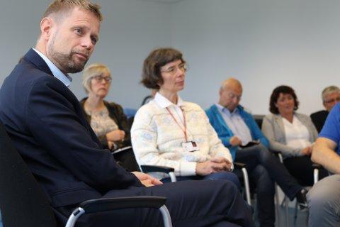 Helseminister Bent Høie (H), he rsaman med overlege på smertepoliklinikken, Hanna Froehlke-Sollie. I bakgrunnen (f.v.) statssekretær i helse- og omsorgsdepartementet Anne Grethe Erlandsen, og lokalpolitikarane Bjarne Holme (FrP), Arlene Vågene (H) og Vidar Grønnevik (H).