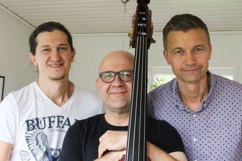TRIO: Jørn-Lasse Førde Resfnes t.h og dei moldovske musikarane: Andrei Moroz t.v. og Igor Socican er denne veka samla i Florø.