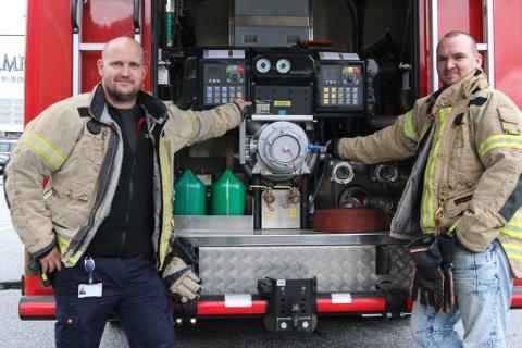 Ole Petter Sande (t.v.) og Anders Melvær i Flora brannvesen oppfordrar dei vaksne til å bruke den opne dagen på brannstasjonen til noko meir enn å vere følgje for barna sine.