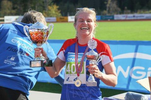 Annette Hollevik var nøgd med prestasjonen. Og pokalane.