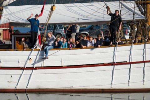 Tiende klassingar frå Eikefjord skule før avreise mot Shetland.