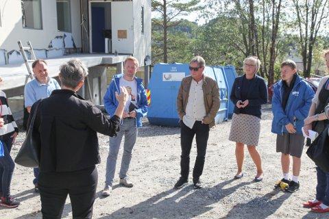 Mottaksleiar Bente Nygård forklarar Florø-modellen for Høgres generalsekretær