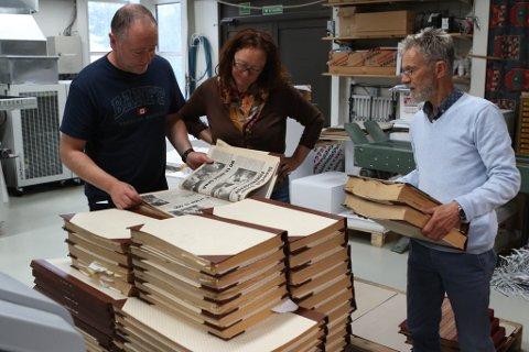 Redaktør Svend Arne Vee, journalistane Liv Standal og Harald J. Stavang syt for at alle årgangane av Firdaposten ligg sortert riktig på paller.