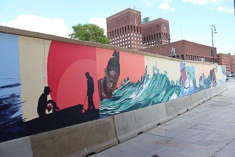 VÅRT HAV: Vigdis Fjellheim og Torunn Skjelland målte eit 60 meter langt veggmåleri i Oslo våren 2015, for setje søkjelyset på båtflyktingane som kom over Middelhavet.