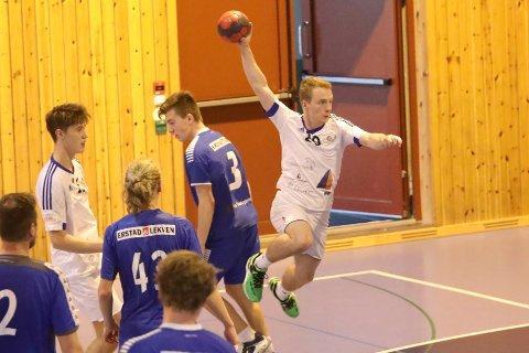I SVEVET: Andreas Standal, her i svevet, og Florø SK Handball sigg G18 elitelag, kan med to sigrar heime laurdag, sikre seg regionmeistertittelen i Region Vest.