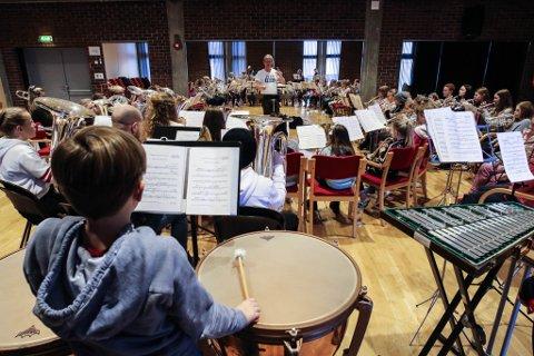Floraskulen Brassband og Eikefjord skulemusikk stiller saman under Nordvesten og i NM.