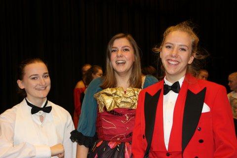 Nikoline Førde Torvanger, Kristiane Svarstad og Elisabeth Fure Schwarz er klar for å vise fram musikalen Moulin Rouge på Firda vgs.