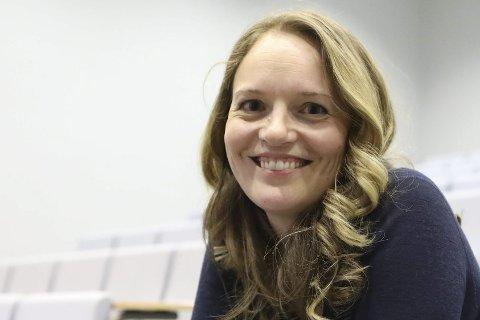 STILLER «GARANTI»: Marit Eldegard lærar ved Årdal vidaregåande skule fortel alle elevane på Kjemiprosess har fått lærlingplass dei siste to åra. Foto: Dag Nesbø Frøyen