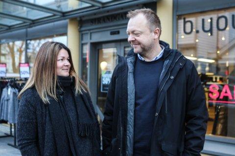Bengt Solheim-Olsen og Therese Svortevik utanfor Sko Olsen sine lokale i Strandgata. 8. Mars opnar dei dørene på ny.
