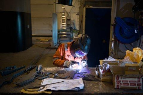 TRAVLE DAGAR: Knut Byrkjeland og dei andre som jobbar i WIS sin verkstad på Botnastranda har travle dagar i vente.