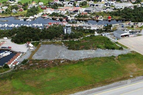 ØVINGSOMRÅDE: Dette området vest for terminalen på Florø lufthamn skal no få ny drifts- og lagerfasilitetar. Arbeidet startar ved nyttår. (Dette er eit arkivbilde i frå 2012)