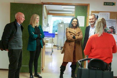 Jostein Midtbø, Lisa Førde Refsnes, Khamshajiny Gunaratnam, Ola Teigen og Anja Korneliussen med ryggen til