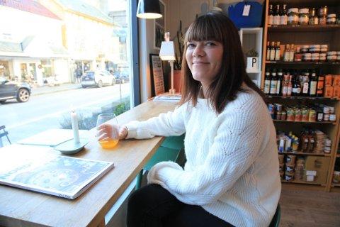 OPTIMIST: Tidlegare i haust tok Karen Cassells over som styreleiar i Byen Vår Florø. Stadige nyetableringar i Strandgata gir ho tru på at kystbyen i handelsskuggen av Førde, har ei framtid.