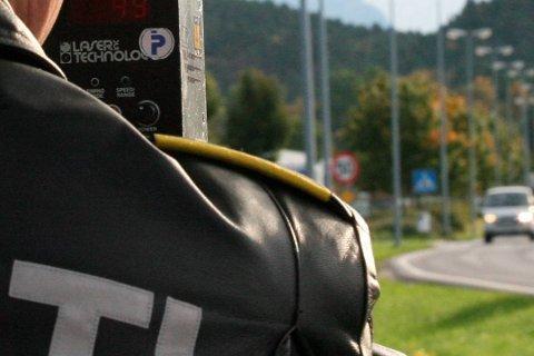 MÅTTE PARKERE: Ein bilist mista førarkortet fredag ved Eikefjord, i ein UP-fartskontroll.