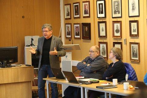 Reidar Sandal orienterer kommunestyret i Bremanger om at fylkesrådmannen vil stoppe Kystvegen-prosjektet.