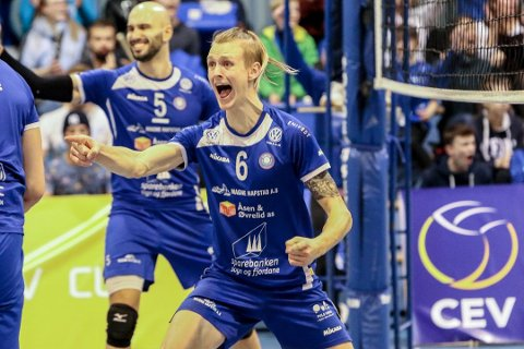ELITE: Oskar Raftevold og Førde Volleyballklubb byr på eliteidrett i Svelgen laurdag ettermiddag.