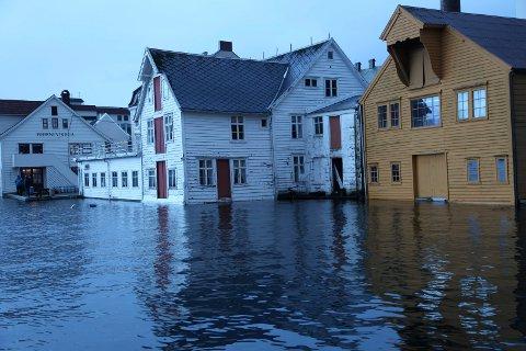 MEIR VANLEG: Denne floa i Florø i januar 2017 blir lite å rekne opp mot 200-årsflaumane som kan bli årlege framover.