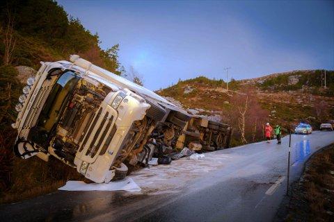 NYTT VOGNTOG-HAVARI: På få dagar har to vogntog køyrt av vegen på smale og glatte Bremanger-vegar.